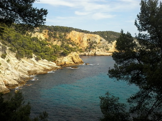 Partez en croisière en voilier avec Jean, skipper pro. Vous découvrirez la région de Bandol à Saint-Tropez ainsi que Port Cros et les îles de Porquerolles.