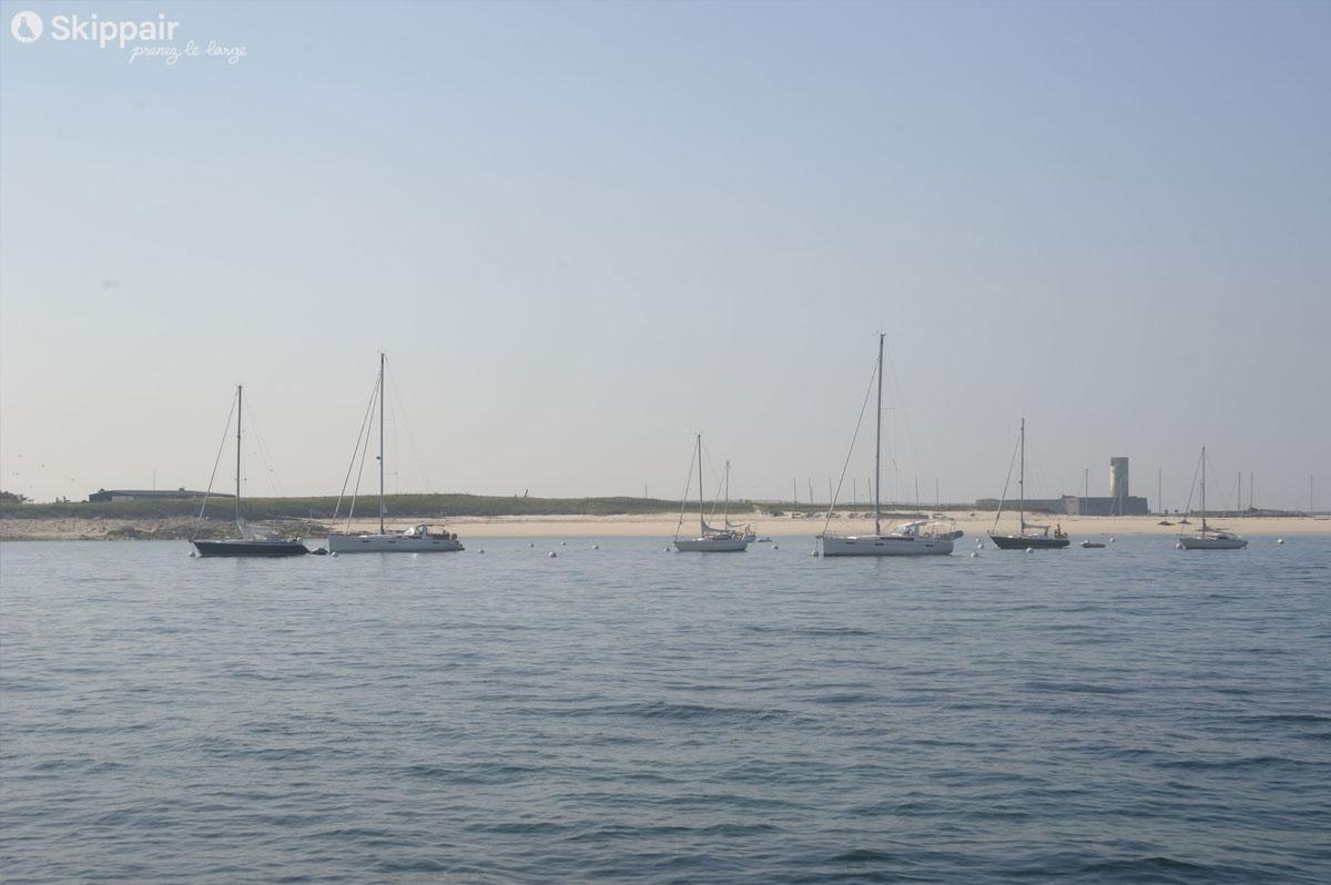 Voiliers au mouillage à l'île du Fort Cigogne, aux Glénan