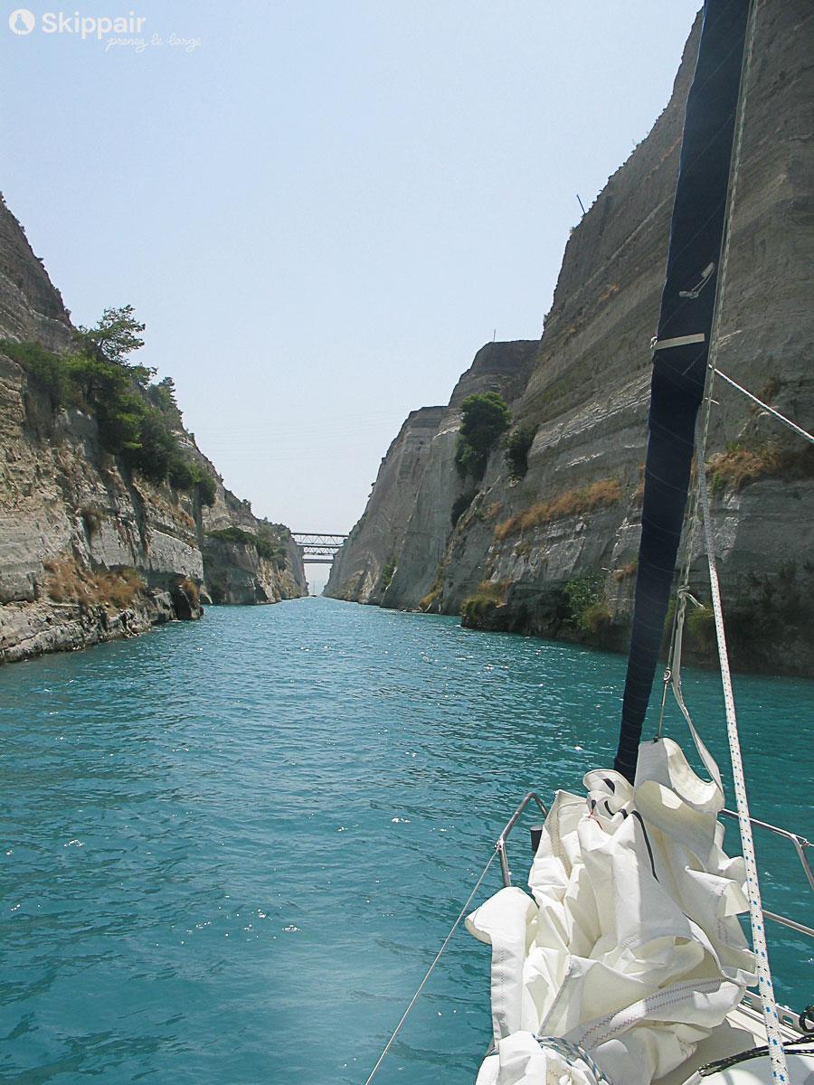 Dans le canal de Corinthe en voilier - Skippair