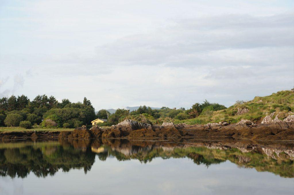 Au calme le long de la rivière Sneem, en Irlande - Skippair