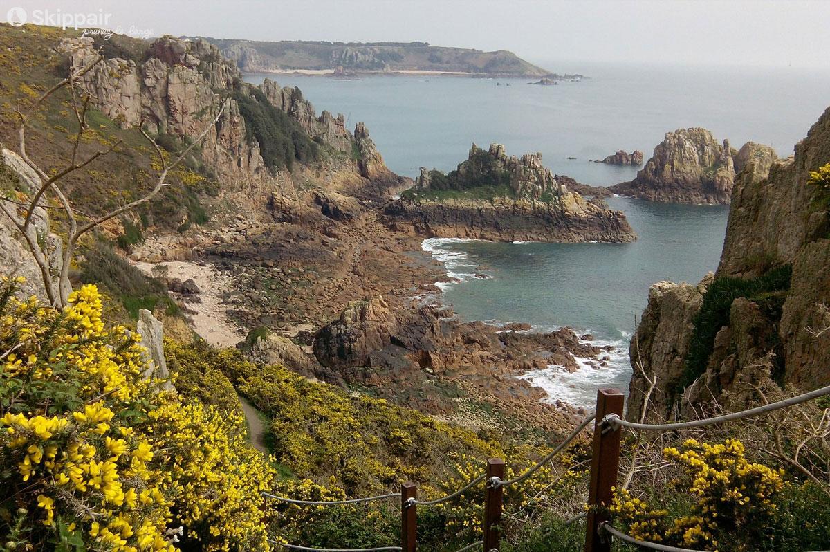 Des falaises découpées et un littoral rocheux : c'est la facette rugueuse des îles anglo-normandes