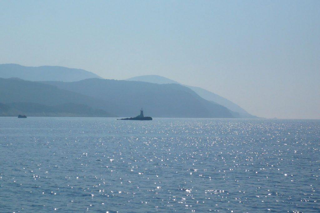Paysage entre mer, montagne et soleil, typique d'une croisière en Croatie à la voile - Skippair