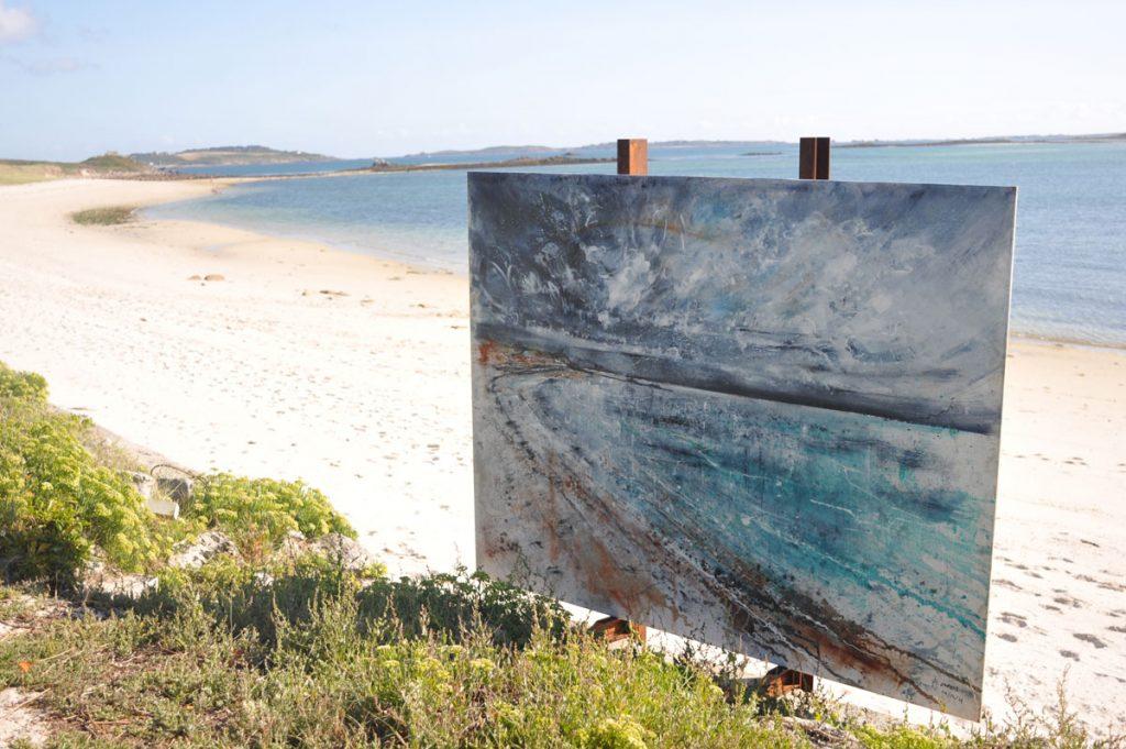 Un tableau planté au bord d'une plage des îles Scilly - Skippair