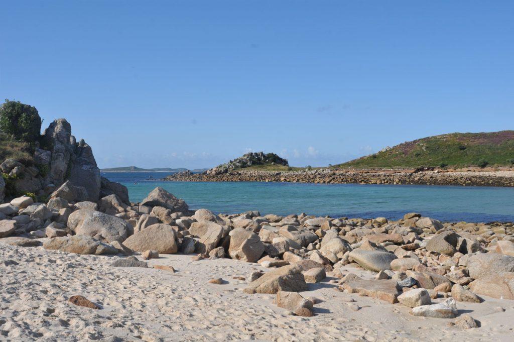 Sable fin, rochers épars, pentes verdoyantes et eau scintillante : bienvenue aux îles Scilly ! - Skippair