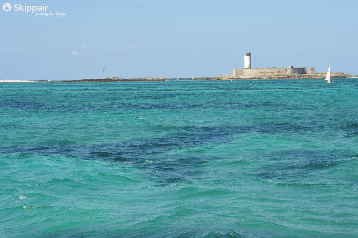 Mer turquoise aux Glénan, sous l'oeil du Fort Cigogne - Skippair