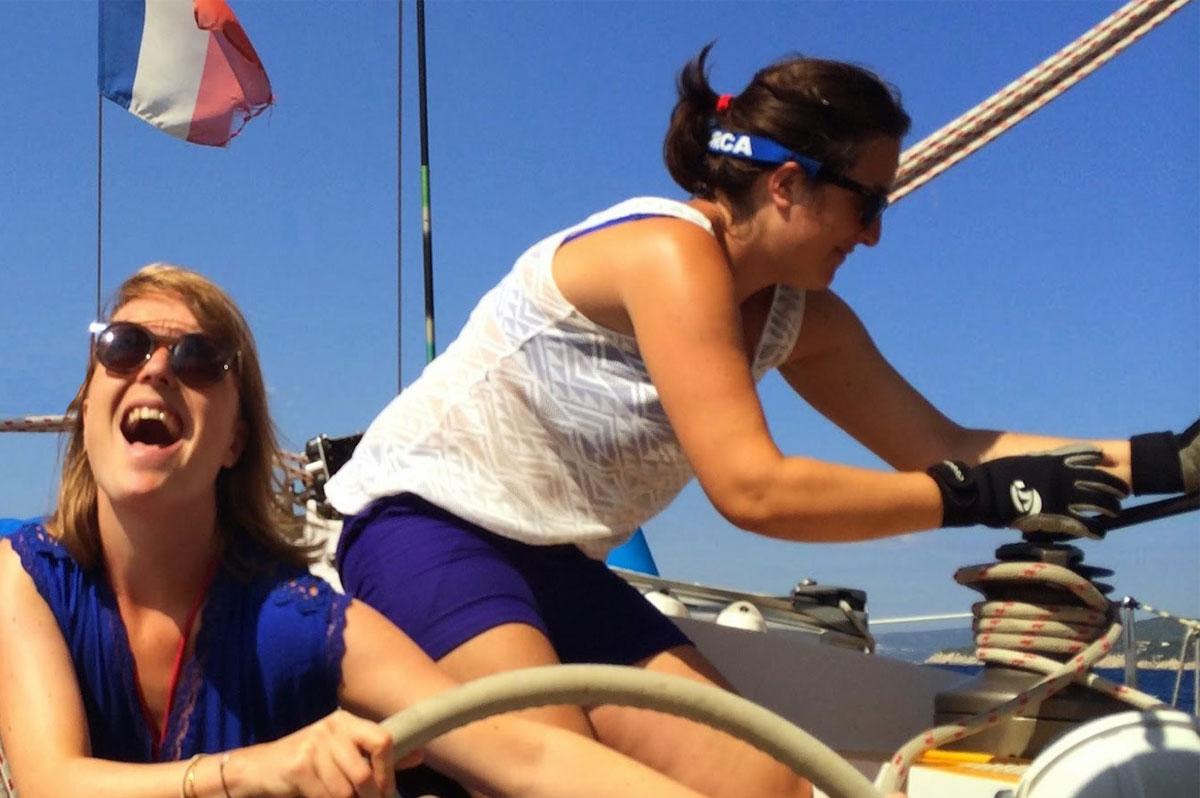 Deux femmes naviguent sur un voilier