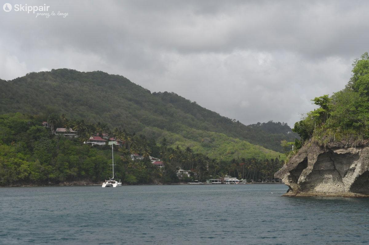 Un catamaran entre dans Marigot Bay, à Sainte-Lucie - Skippair