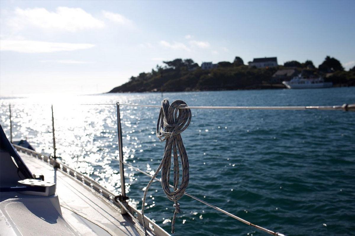 Le voilier longe les côtes et file vers le large : votre journée en mer est lancée !